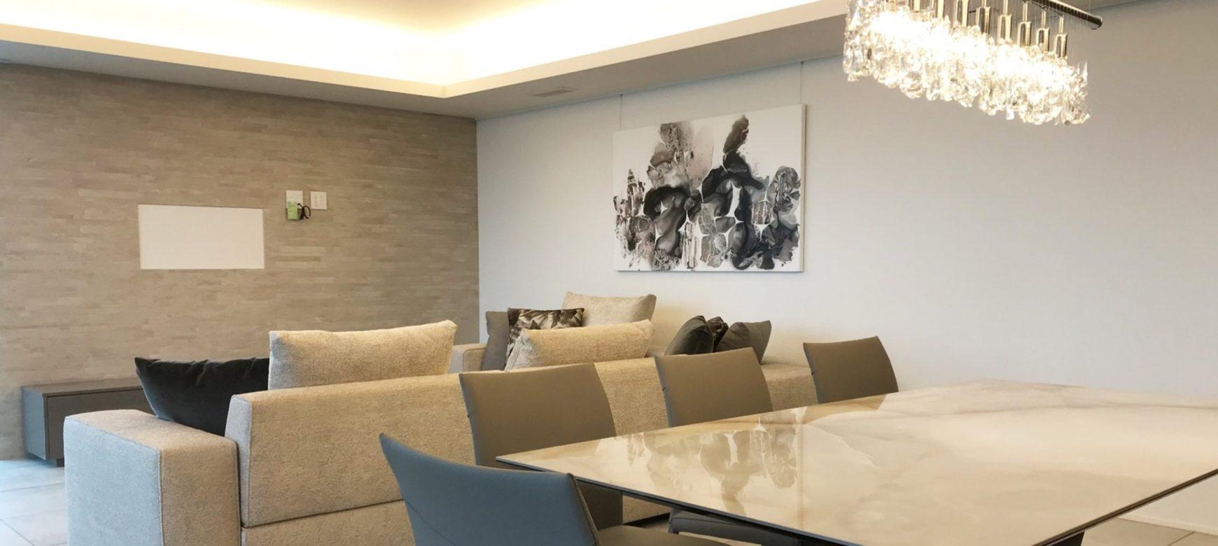 モルティーニのソファ上に飾るアート